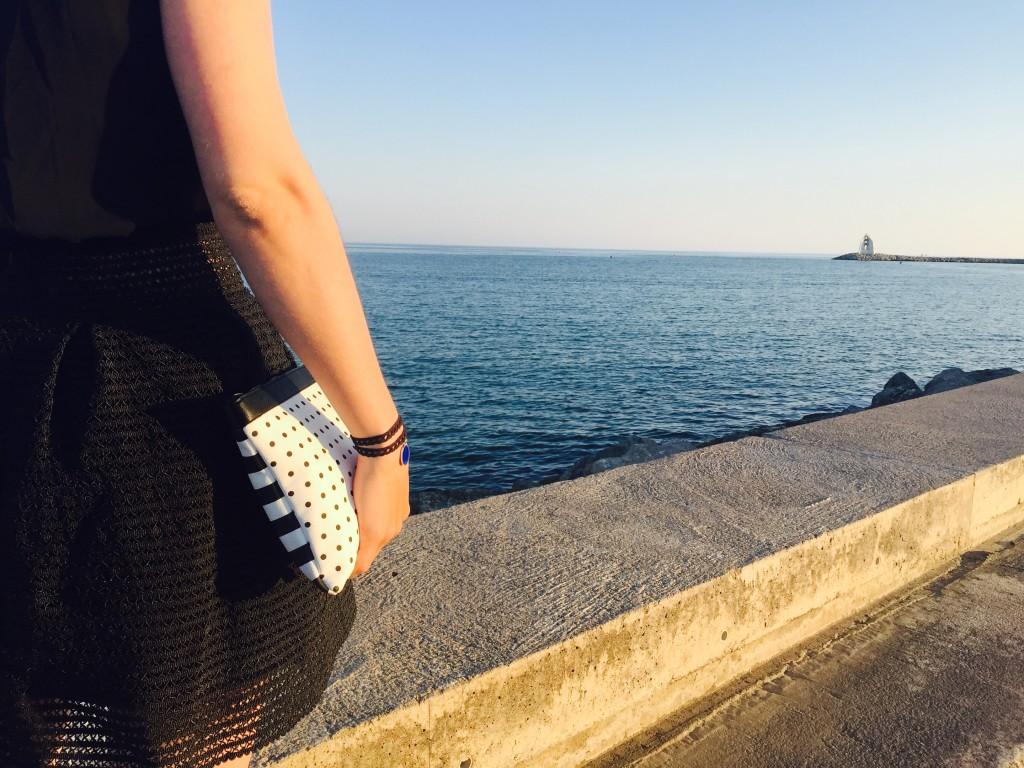Ma petite robe noire détails jupe et vue sur la mer